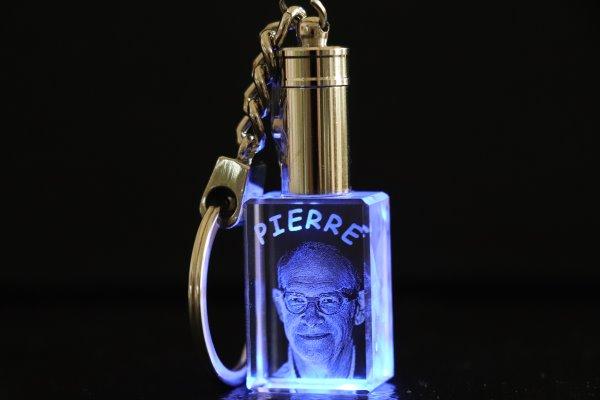 Porte-cl/és avec breloque en forme de phare 3D phosphorescente Beau porte-cl/és avec phare au fini mat rouge et argent/é.